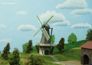 Wolken ziehen hinter der Mühle auf