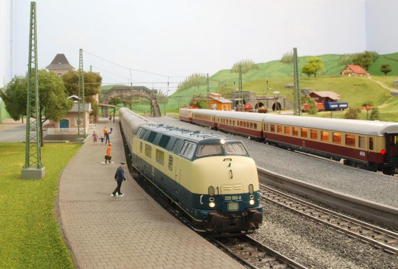 Bahnsteig mit BR 220