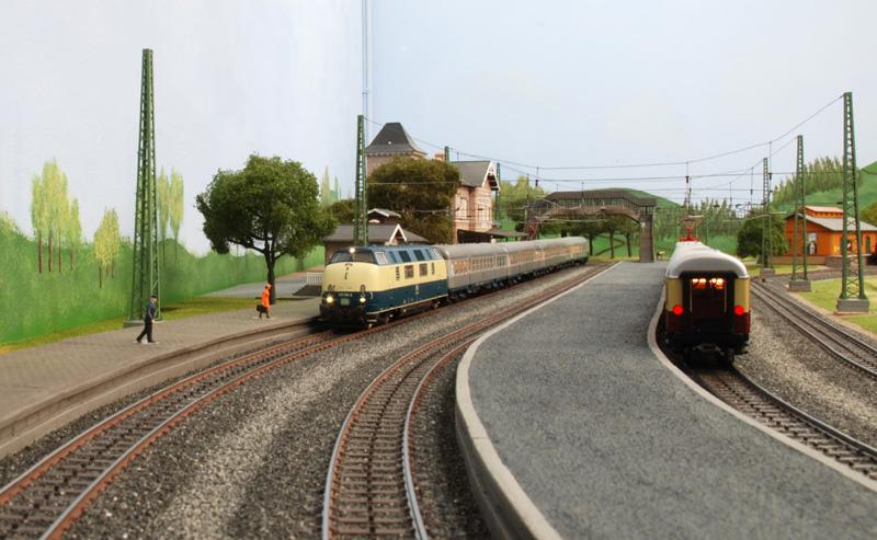 Blick auf den Hausbahnsteig und den Mittelbahnsteig
