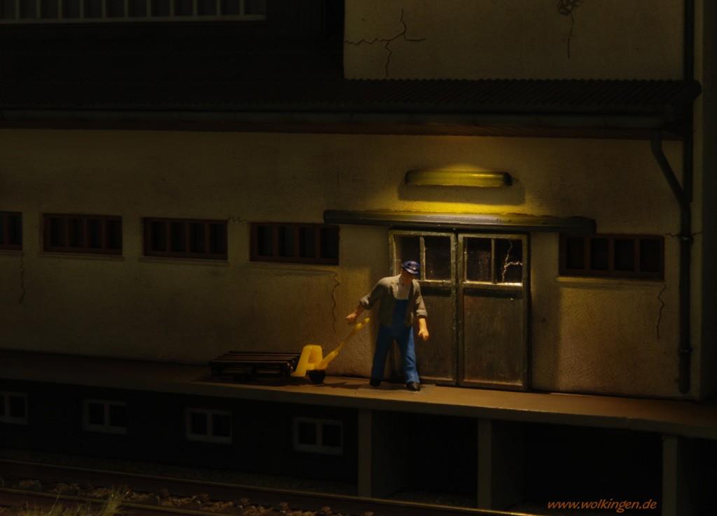 beleuchtetes Lagerhaus - kurz vor Feierabend