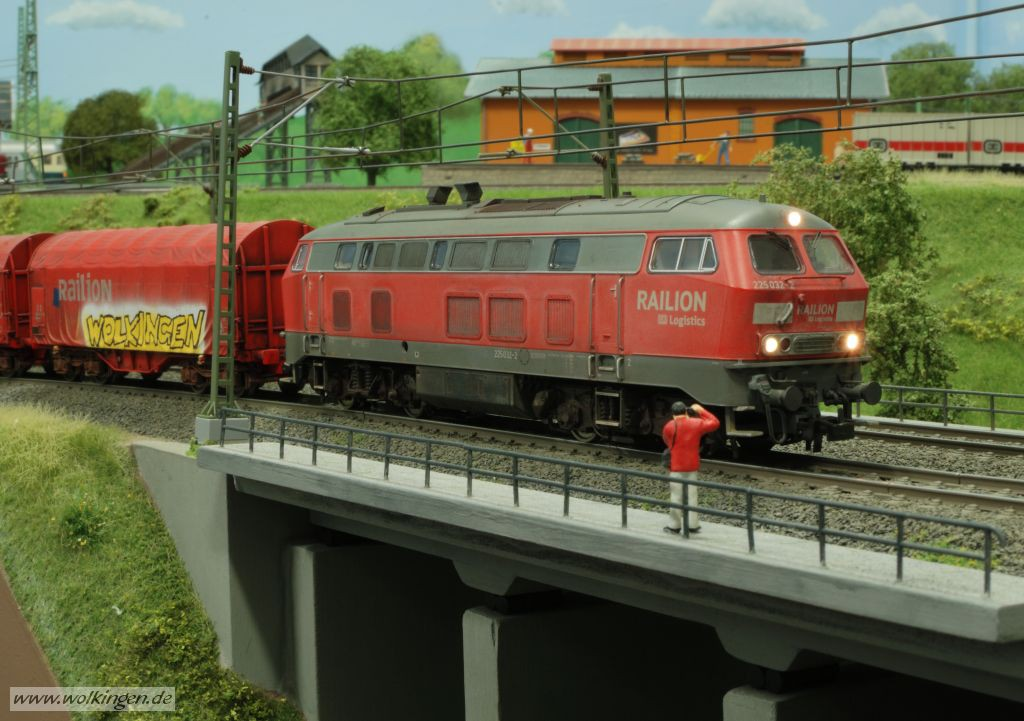BR 225 auf der Betonbrücke