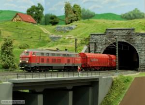 BR 225 in der Tunnelausfahrt