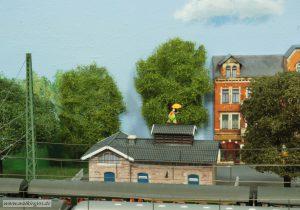 Halber Baum neben der Häuserzeile