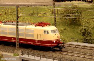 BR 103 unter Viessmann Oberleitung